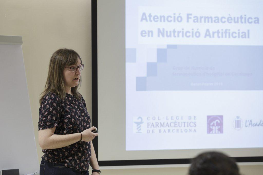 """Maria Teresa Miana, farmacèutica adjunta, Hospital Clínic de Barcelona, en un moment de la seva intervenció durant el curs """"Actuació farmacèutica en Nutrició Artificial"""""""