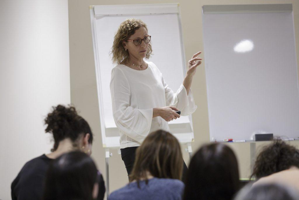 """Eva Martínez, farmacèutica adjunta, Corporació Salut Maresme i la Selva, en un moment de la seva docència durant el curs """"Actuació farmacèutica en Nutrició Artificial"""""""