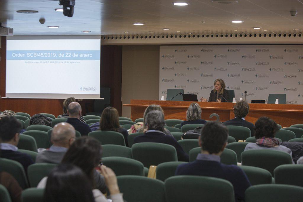 Un moment de la sessió informativa impartida per la vocal d'Ortopèdia del COFB, Montserrat Gironès.