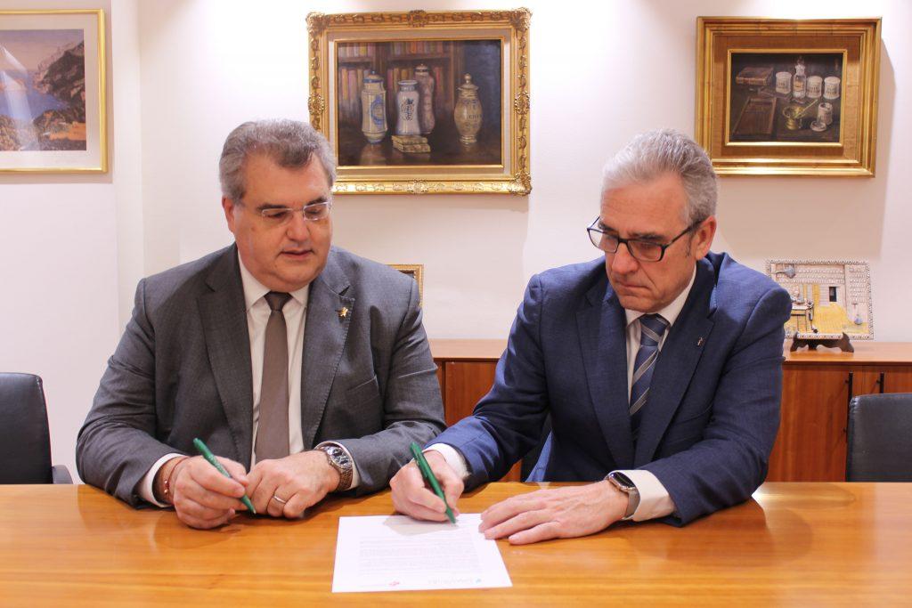 Antoni Torres, president de FEFAC,signant el document de suport a Núria Bosch, amb el president del COFB, Jordi de Dalmases.