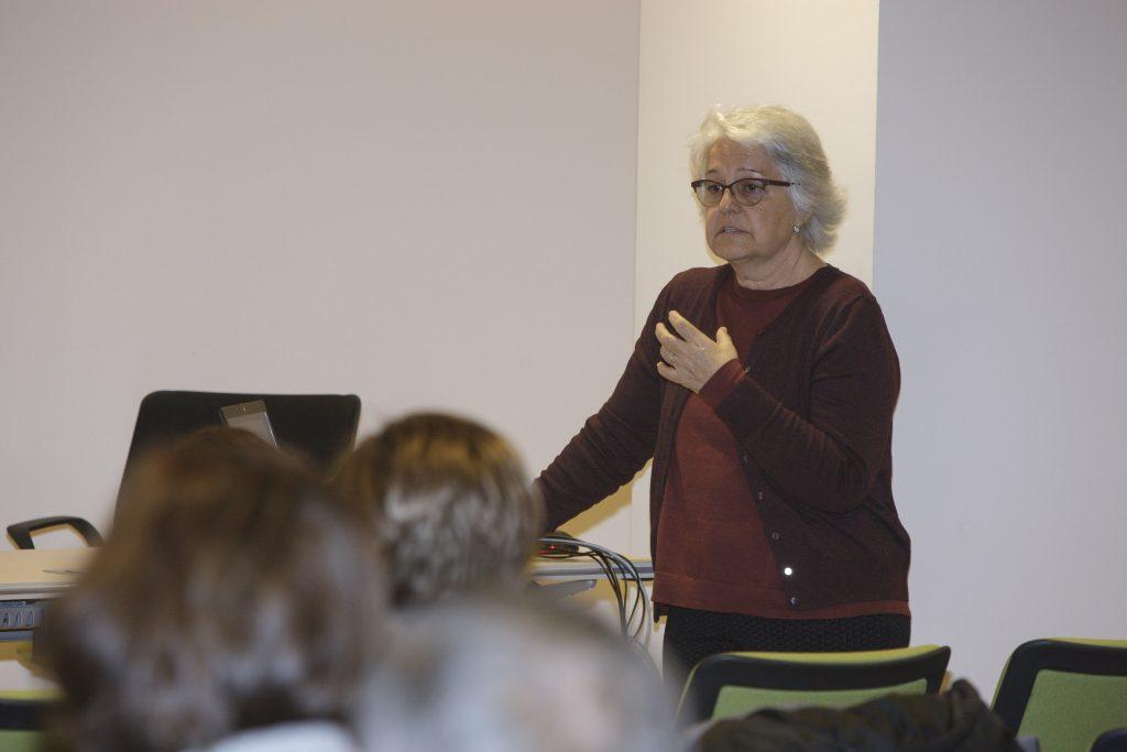 La Dra. Tribó, dermatòloga adjunta del Servei de Dermatologia i Directora de la Unitat de Psicodermatologia de l'Hospital del Mar, en un moment de la sessió.