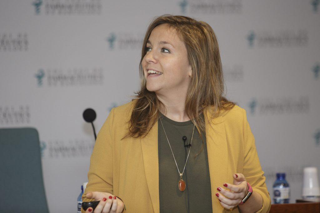 """Paloma Salas durant la seva intervenció a la sessió """"Anàlisis clíniques, cap pregunta sense resposta""""."""