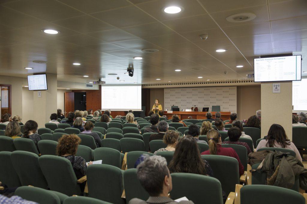 """Un moment de la sessió """"Anàlisis clíniques, cap pregunta sense resposta"""" celebrada al COFB."""