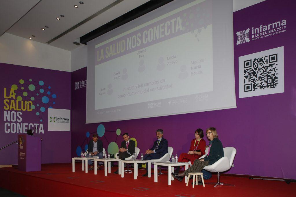 """Un moment de la taula d'actualitat """"Internet i els canvis de comportament del consumidor"""", moderada per la vicepresidenta del COFB, Núria Bosch."""