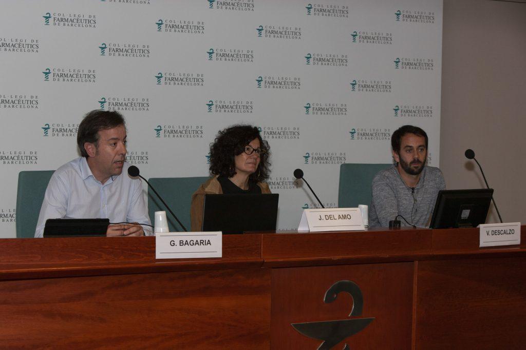 Guillermo Bagaria, responsable d'Atenció Farmacètuica del COFB, Julia del Amo, directora del Pla Nacional sobre la Sida i Vicente Descalzo, metge internista.