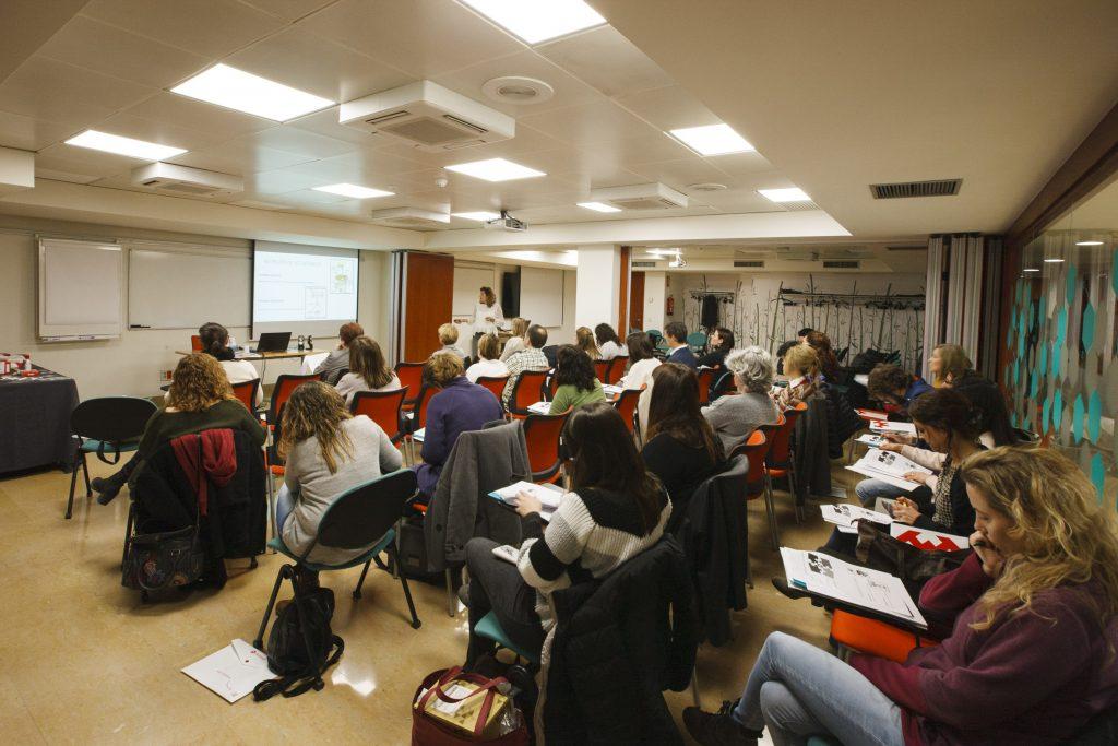 Novament, la formació sobre ostomies va despertar un gran interés, omplint l'aula on es va celebrar.