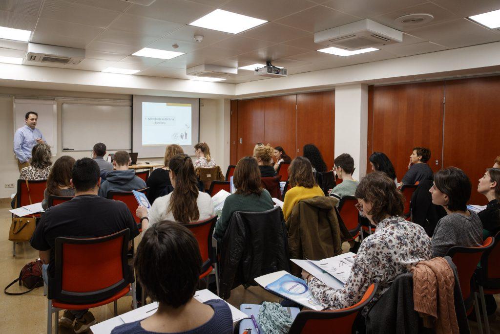 """Les sessions de la formació """"Probiòtics i prebiòtics, evidències i usos per a tècnics i auxiliars de farmàcia"""" van despertar molt interès entre els assistents."""