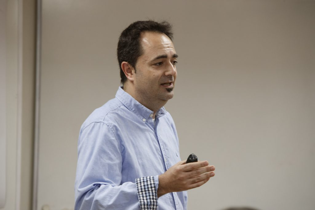 El Dr. Pérez-Cano, en un moment de les sessions celebrades al COFB.