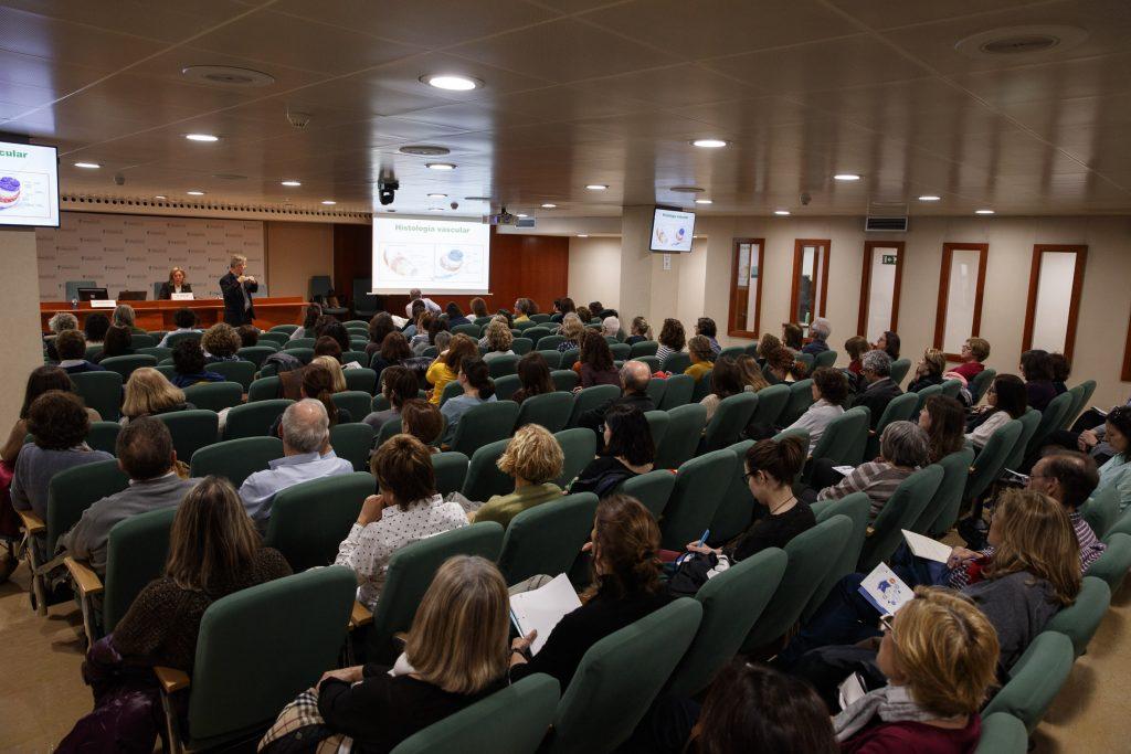L'objectiu de la sessió, coordinada per Montserrat Gironès, vocal d'Ortopèdia del COFB, era fer un repàs de les realitats de la insuficiència venosa,desfer els mites i tractar casos concrets aplicats a la pràctica diària de la farmàcia