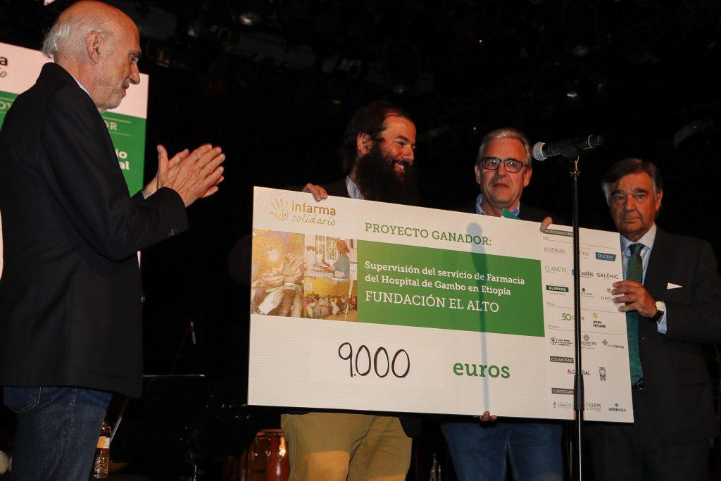 Moment de l'entrega del xec al projecte guanyador, durant el concert benèfic ofert pel grup Los Manolos.