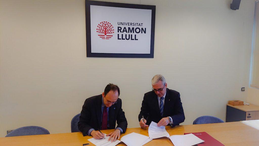Moment de la signatura del conveni per Josep Maria Garrell, rector de la URL, i Jordi De Dalmases, president del COFB.