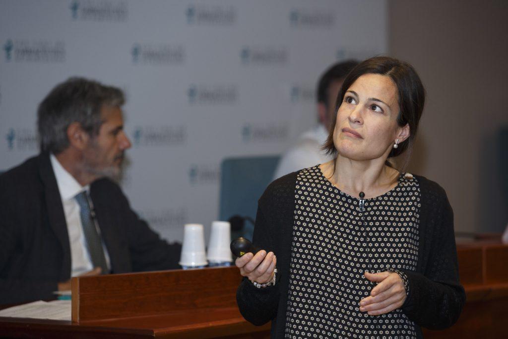 Maria Perelló, cap del Centre d'Informació del Medicament del COFB, durant la seva intervenció.