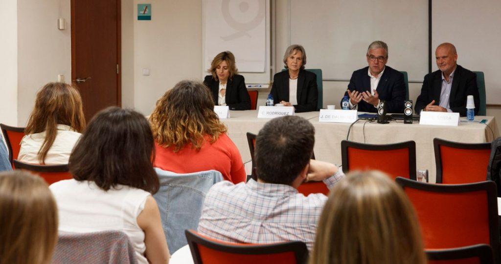 D'esquerra a dreta: Mònica Gallach i Cristina Rodríguez, coordinadores del MGOF; Jordi de Dalmases, president del COFB i Joan Carles Serra, director del Màster durant la cloenda de la XIV edició.