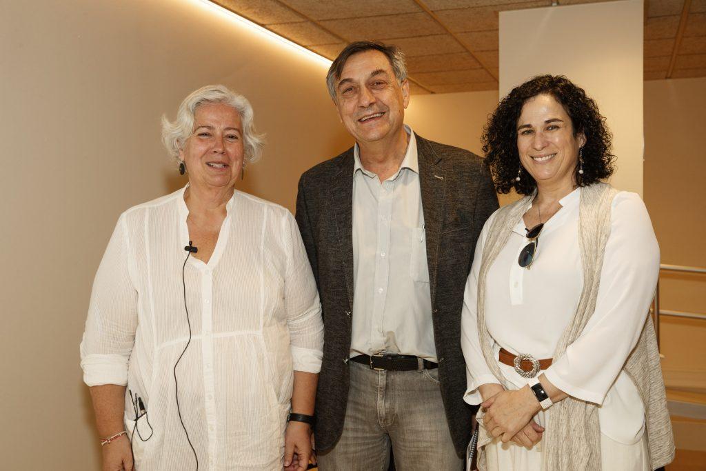D'esquerra a dreta: Josepa Rigau, metgessa, formadora i presidenta de l'Associació Espanyola de Microimmunoteràpia (AEMI); Josep Allué, vocal de Plantes Medicinals i Homeopatia del COFB, i María Luisa García, farmacèutica i formadora de la mateixa associació.