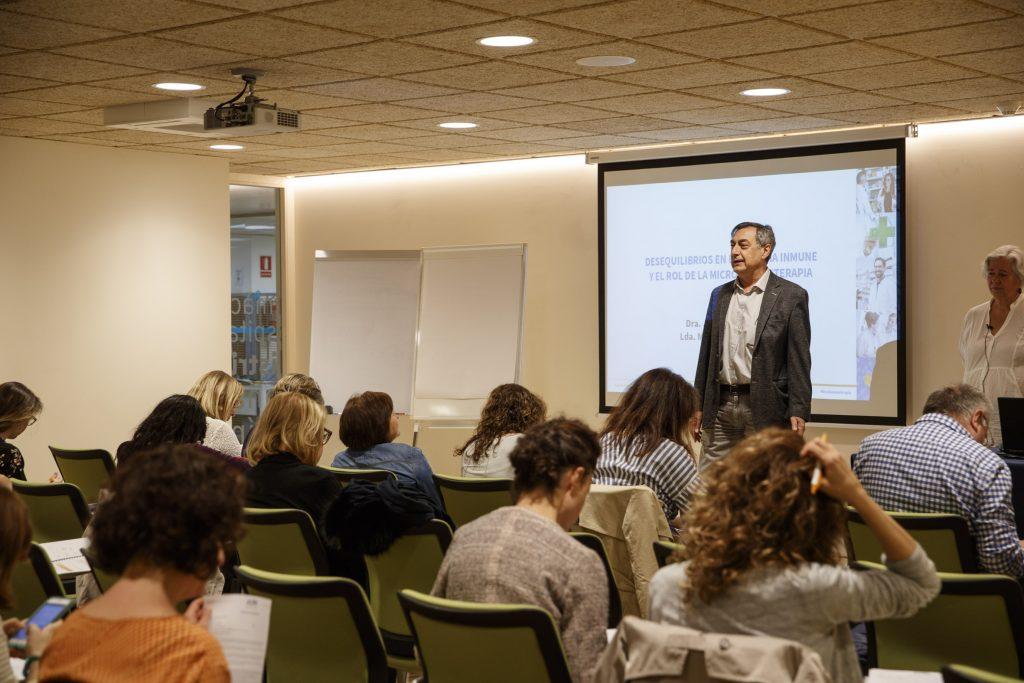 El vocal de Plantes Medicinals i Homeopatia del COFB, Josep Allué, en un moment de la conferència.