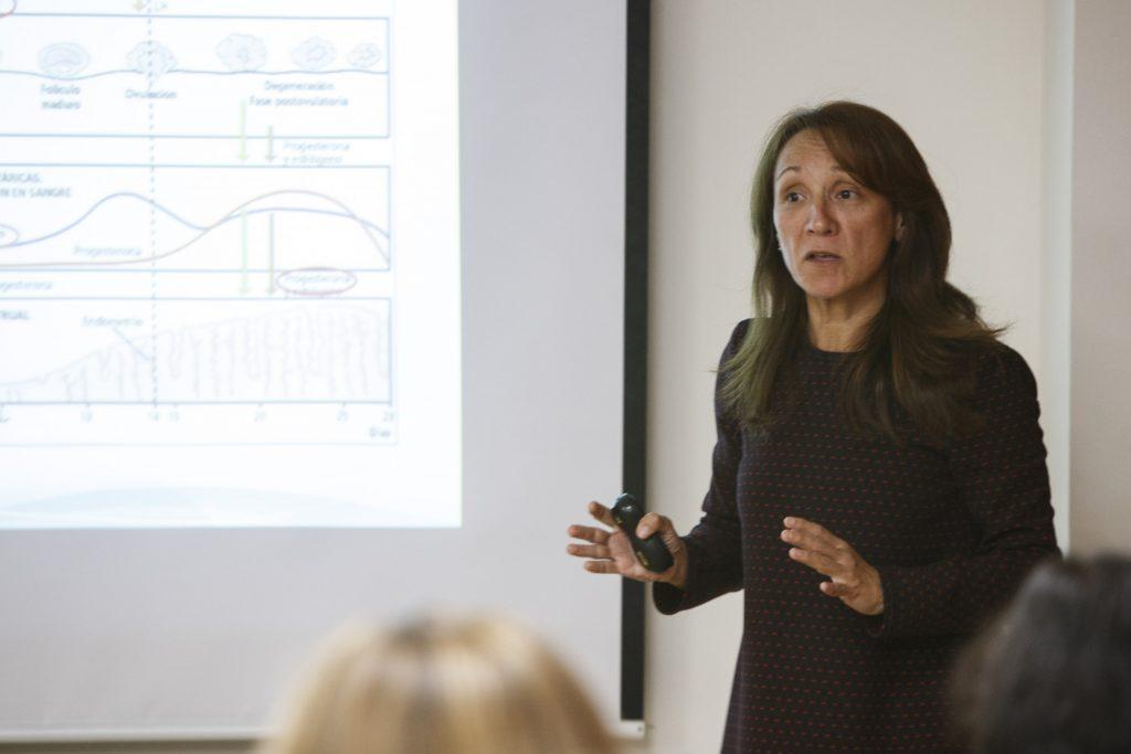 """La Dra. Colondrón en una de les sessions formatives del curs """"Tècniques de reproducció assistida""""."""