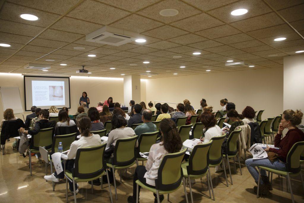 """Un moment d'una de les sessions del curs """"Atenció farmacèutica en salut bucodental""""."""