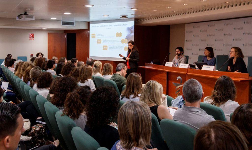 Marta Alcalde, vocal de Dermofarmàcia i Productes Sanitaris del COFB, en un moment de la seva intervenció.