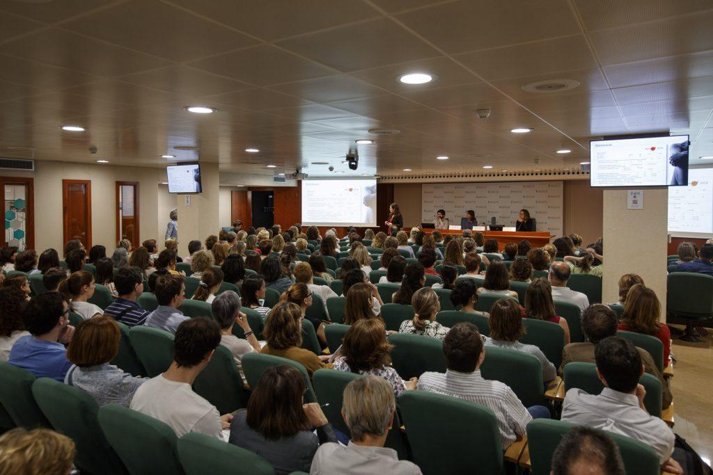 La sala d'actes del Col·legi de Farmacèutics de Barcelona (COFB), plena de gom a gom, durant la sessió informativa de la campanya #AtencióPell365.