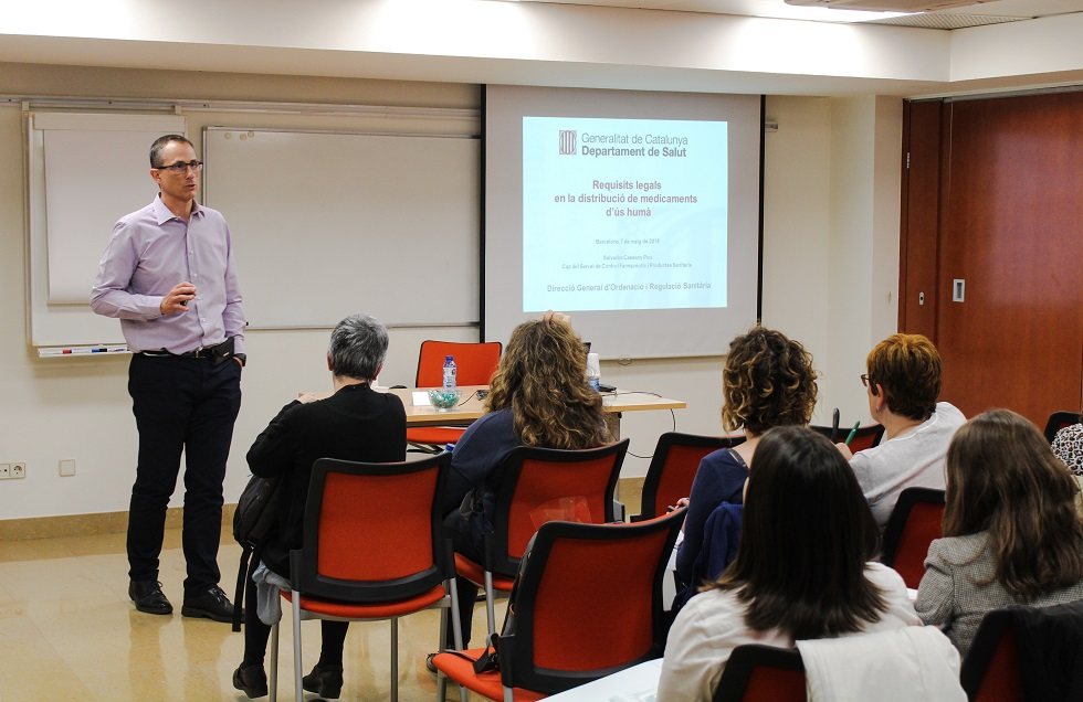 Salvador Cassany,cap del Servei de Control Farmacèutic i Productes Sanitaris del Departament de Salut, en un moment de la seva classe.