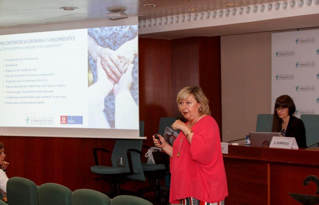 """Pilar León durant la conferència """"Incontinència urinària i absorbents. Com podem ajudar als pacients?""""."""