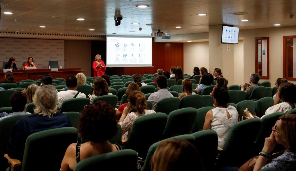 Els assistents escoltant les explicacions de Pilar León durant la xerrada.