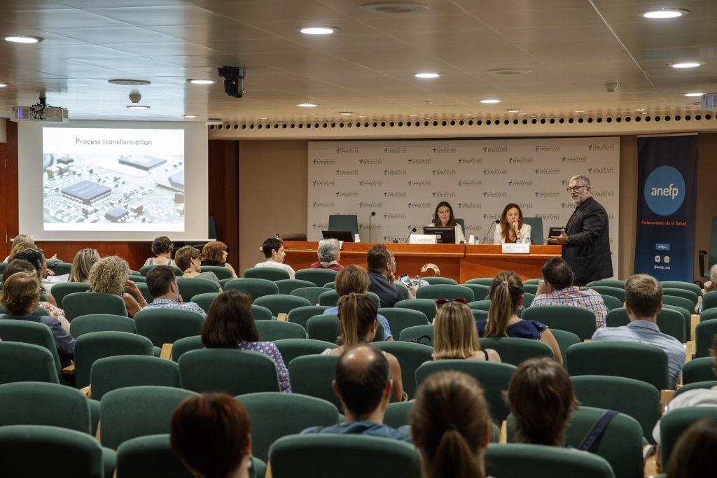 Un moment de la conferència de Pau Virgili, expert en noves tecnologies i màrqueting, acompanyat d'Aina Surroca, vocal del COFB i responsable de la Comissió Delegada de Formació continuada i de Maite López-Gil, directora de l'àrea internacional d'anefp.