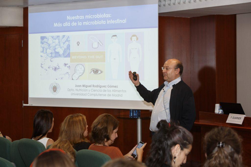 Juan Miguel Rodríguez, catedràtic de Nutrició de la Facultat de Veterinària de la Universitat Complutense de Madrid, en un moment de la seva intervenció.