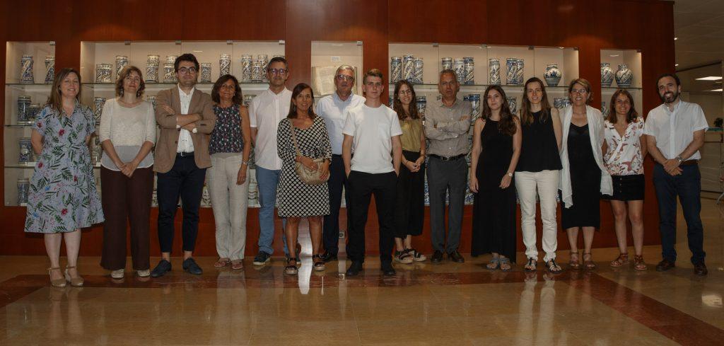 Membres de la Comissió de Beques del COFB amb Jordi de Dalmses, president del Col·legi, i autors dels treballs becats/premiats.