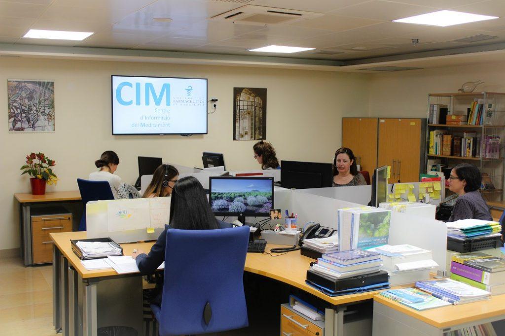 L'equip del Centre d'Informació del Medicament a la seu del Col·legi.