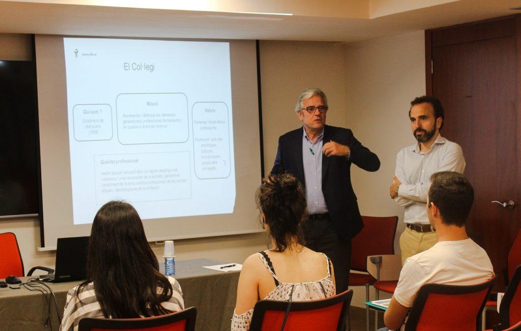 Jordi de Dalmases, president del COFB, i Jordi Casas, secretari, en un moment de la trobada amb els nous col·legiats i col·legiades.