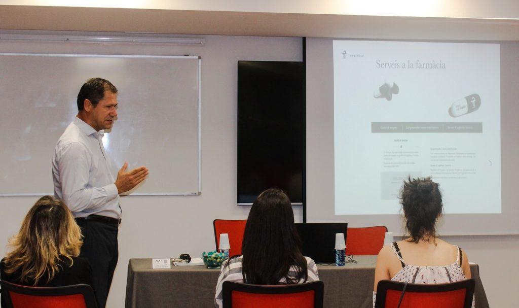 Francesc Ballart, cap del departament de Secretaria delCOFB, amb els nous col·legiats.