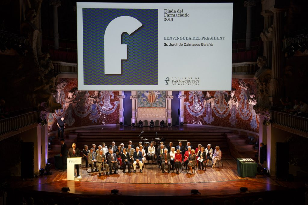 El president del COFB, Jordi de Dalmases, amb els homenatjats que complien 50 anys de col·legiació.