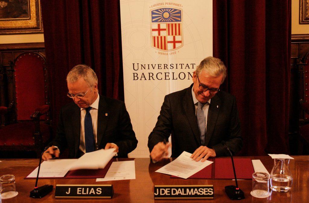 Moment de la signatura del conveni per Joan Elias, rector de la UB, i Jordi De Dalmases, president del COFB. Font: UB