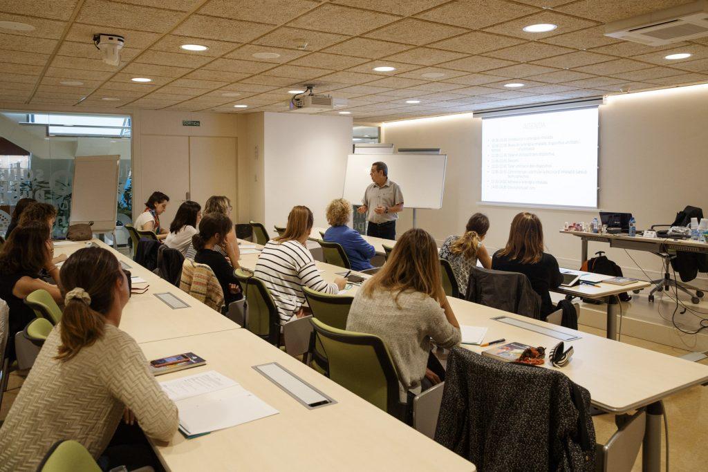 """Un moment de la formació """"Teràpia inhalada"""" al Col·legi de Farmacèutics de Barcelona."""