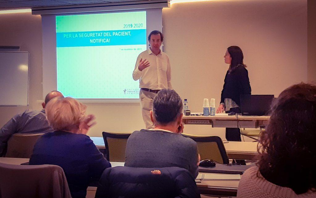 Guillermo Bagaría, responsable d'Atenció Farmacèutica del COFB, i Maria Perelló, cap del Centre d'Informació del Medicament (CIM) durant la presentació de la formació.