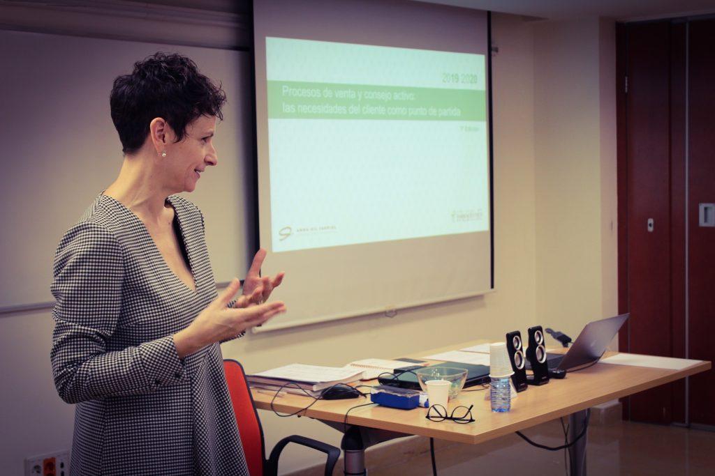 Anna Gil,farmacèutica , consultora i docent d'aquesta formació, durant una de les seves exposicions.