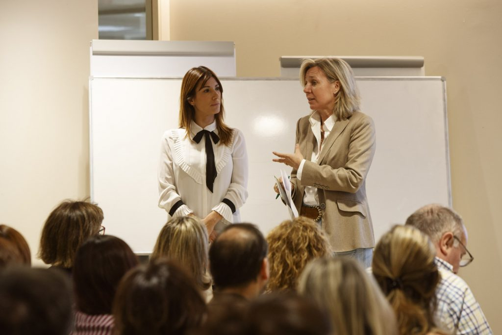 D'esquerra a dreta: M. Carmen Valero, tècnica superior en ortoprotètica, responsable de formació del canal Farma d'ACTIUS BY ORLIMAN i Montse Gironès, vocal d'Ortopèdia del COFB.