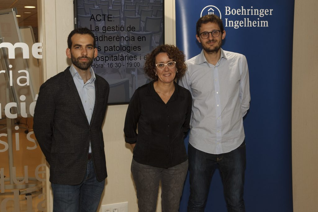 Javier González, Núria Rudi i Carlos Seguí van ser els ponents d'aquesta conferència sobre la gestió de l'adherència.