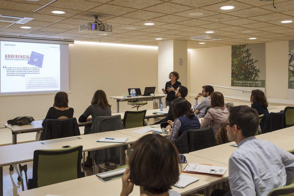 """Un moment de la presentació de Núria Rudi en la xerrada """"La gestió de l'adherència en les patologies hospitalàries i en el pacient crònic""""."""