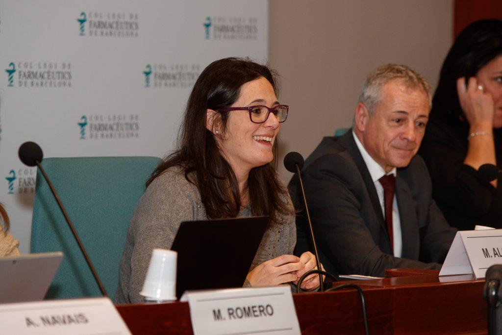 Marta Alcalde, vocal de Dermofarmàcia i Productes Sanitaris del COFB, presentant la sessió.