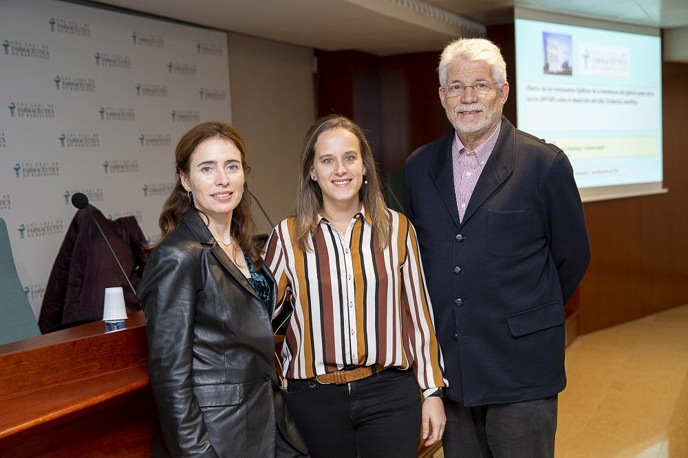 D'esquerra a dreta: La vocal del COFB Anna Bach-Faig, la farmacèutica Susagna Lucas, i el Dr. Benjamín Martín.