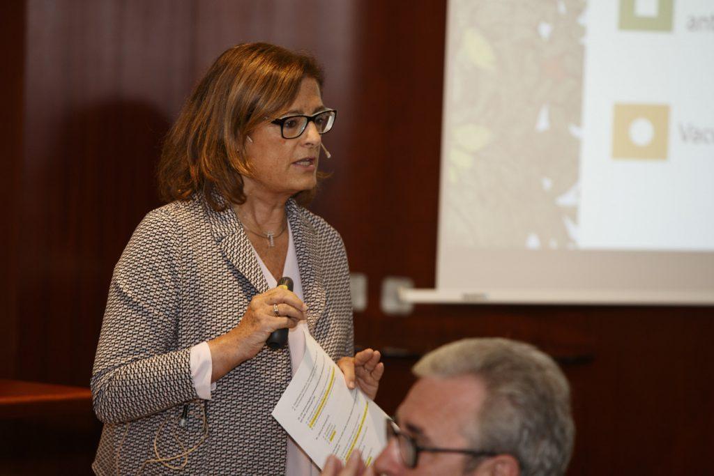 """La doctora Magda Campins durant la seva presentació a la conferència """"Novetats en vacunes. Què cal saber""""."""