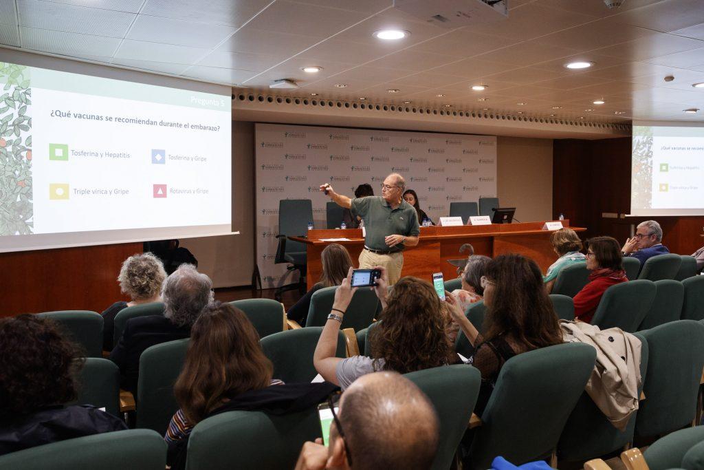 """Un moment de l'exposició del doctor Antoni Trilla a la conferència """"Novetats en vacunes. Què cal saber""""."""