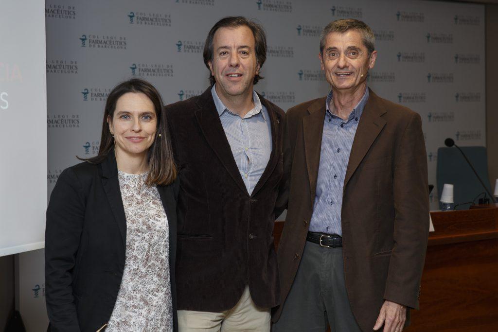 D'esquerra a dreta, la farmacèutica Ana Mendoza, el vicetresorer i responsable d'atenció farmacèutica del COFB Guillermo Bagaría i el Dr. Josep Maria Cots.
