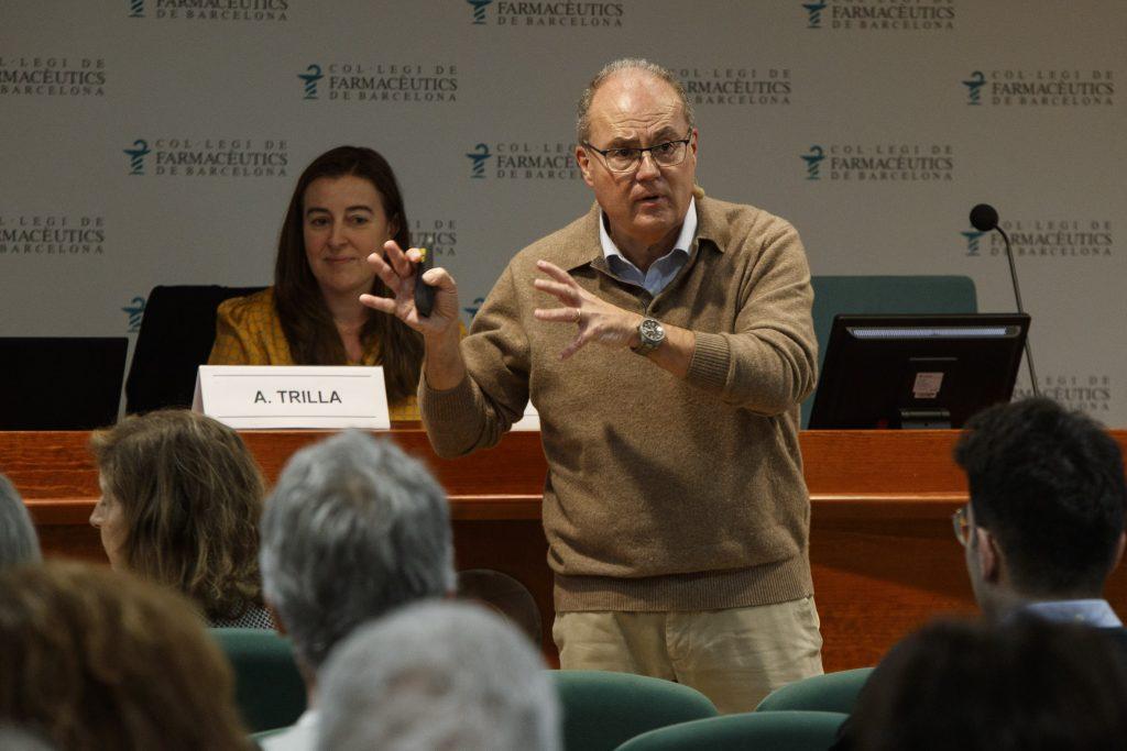 El Dr. Antoni Trilla i la farmacèutica i vocal del COFB, Aina Surroca., que va moderar la sessió.