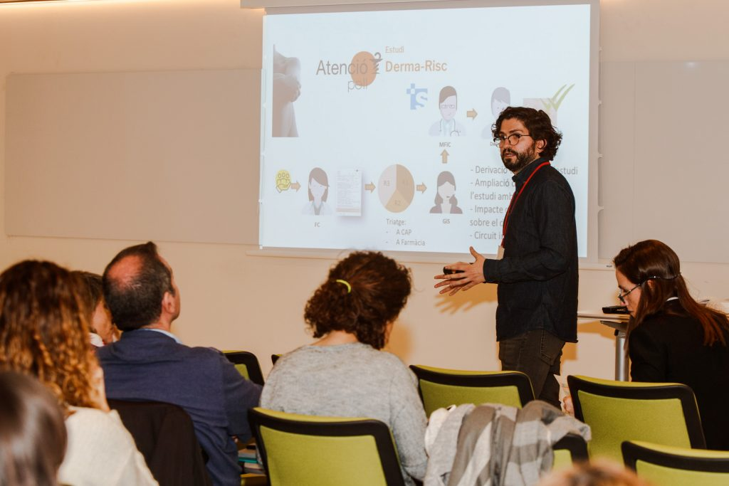 El farmacèutic Joan Francesc Mir, del Departament de Formació i Desenvolupament Professional del COFB, explicant els detalls del projecte.