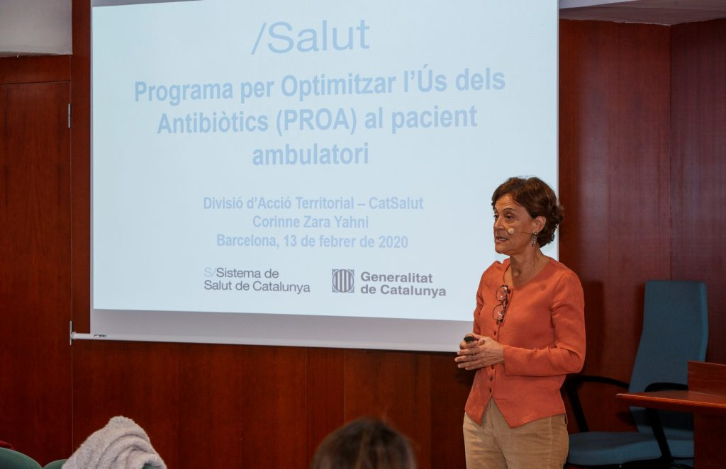 """Corinne Zara, cap de Divisió d'Acció Territorial del Medicament, Àrea del Medicament, Servei Català de la Salut, durant la seva xerrada """"Utilització d'antibiòtics i àmbits de millora, d'acord amb els objectius del PROA""""."""