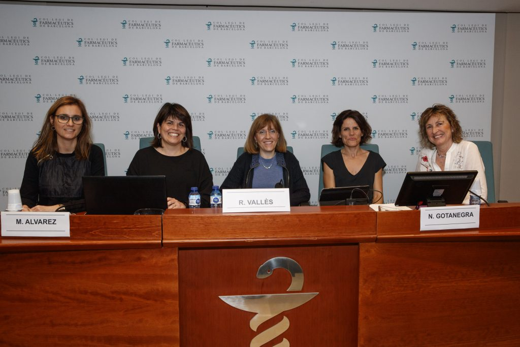 D'esquerra a dreta: Esther Ribes, farmacèutica d'atenció primària de la Unitat de Farmàcia de la Direcció d'Atenció Primària Lleida de l'Institut Català de la Salut; Marlene Álvarez, farmacèutica adjunta, membre del core PROA del Servei de Farmàcia de l'Hospital Universitari Germans Trias i Pujol de Badalona; Roser Vallès, vocal d'Atenció Primària del Col·legi de Farmacèutics de Barcelona; Núria Gotanegra, farmacèutica d'atenció primària de la Xarxa Sanitària i Social de Santa Tecla i Anna Font, farmacèutica titular d'oficina de farmàcia a Granollers.