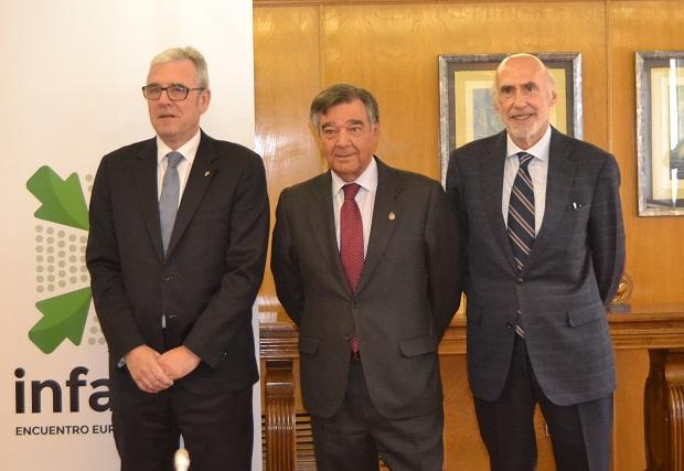 D'esquerra a dreta: El president del Col·legi de Farmacèutics de Barcelona, Jordi de Dalmases; el president del Col·legi de Farmacèutics de Madrid, Luis González, i el president d'Interalia, Jorge Arqué.